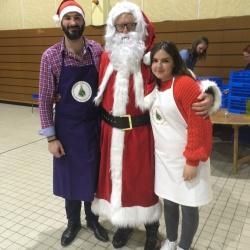 A droite, Mélodie lors de la distribution des repas de Noël à Sens